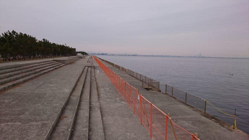 ベランダの護岸から内側3mくらいのところに立ち入り禁止の柵あり