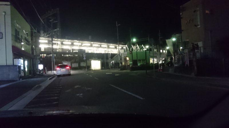 夜の駅前薄暗くて見えにくい